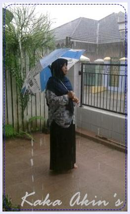 Beribu inspirasi dapat muncul saat berada dalam hujan.