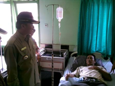 Walikota bercakap-cakap dengan pasien