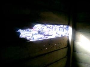 Lubang di kamar karena sekeping papannya terbakar